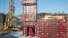 With the MXK Bracket System, safe and comfortable working platforms are realized on MAXIMO and TRIO panel formwork.