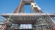 Die beidseitig vorgebaute LGS Schutzdachkonstruktion stellt die gefahrlose Nutzung der Straßenbrücke während der Gerüstmontage und Sanierungsarbeiten sicher.