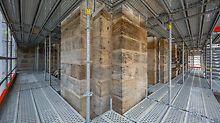 Stephanskirche, Bamberg: Mit dem durchgängig metrischen Systemraster der PERI UP Flex Bauteile und der Möglichkeit des Richtungswechsels der Beläge lässt sich das Modulgerüst äußerst flexibel an nahezu jede Bauwerksgeometrie anpassen.