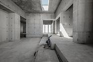 """Concrete House : La structure déplace littéralement les limites d'un """" carré simple """" parce qu'elle se compose d'angles irréguliers et de différentes hauteurs de dalles. (Photo: seanpollock.com)"""