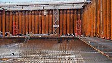 PERI UP Treppentürme sorgen für sicheren Zugang in das 18 m tiefe Trockendock.