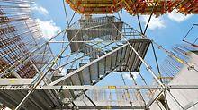 Silos kod Parme, Italija - sigurnost i praktičnost: protusmjerno montirano čelično stepenište PERI UP Rosett Flex sa stepenicama širine 1,00 m i odvojenim podestima.