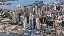 Barangaroo South, Sydney - tri projekta - Barangaroo Point Reserve (North), Central Barangaroo i Barangeroo South - proširuju središte Sydneyja prema zapadu za impozantna 22 hektara. U prvom planu rastu tri ITS tornja nebodera, u pozadini se može prepoznati poznata operna kuća grada Sydneyja s markantnom konstrukcijom krova.