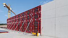 5 m hohe Wand mit 100 m mit Sichtbetonklasse SB 3 und Maximo Rahmenschalung