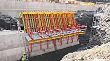 Das SCS Klettersystem im Einsatz an geneigten Bauteilen. Die Arbeitsbühnen lassen sich um ±15° und ±30° neigen, das Baustellenpersonal kann somit stets sicher arbeiten.
