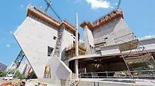 Die verwinkelt angeordneten Wandscheiben sind bis zu 37 m hoch und teilweise im unteren Drittel schräg angeschnitten.