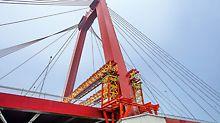 Zur erfolgreichen Sanierung der Willhelmsbrücke in Rotterdam haben verschiedene Systemlösungen des VARIOKIT Ingenieurbaukastens beigetragen. So dienten zum Beispiel VRB Rüstbinder und VST Schwerlasttürme zur Abtragung der hohen Lasten in die Pylonfundamente.