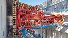 Stěny a železobetonové nosníky bylo možné vytvářet jedním litím betonu vzhledem k bednicímu vozu PERI složenému ze systému stavebnice VARIOKIT a hydraulického pohonu. To ušetřilo pracovní spáry a náklady na montáž.