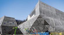 Přechod rovných ploch stěn 15 a 16 k zakřiveným zaoblením stěny 14  představoval nejtěžší úlohu, kterou musel tým PERI zvládnout.