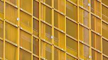 Als Alternative zu geschlossenen Einhausungen hat PERI das leichte Schutzwandsystem LPS Screen für Bauwerke mit offener Fassade entwickelt.