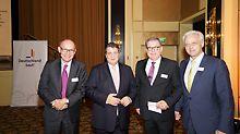 Auf der Veranstaltung der Initiative Deutschland baut!: (von links nach rechts) Benoit d'Iribarne, Sigmar Gabriel, Dieter Babiel, Dr. Peter Ramsauer (Foto: Deutschland baut! e.V.)
