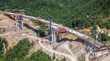 Auf dem ersten Teilstück durch den bergigen Westen Nordmazedoniens verläuft die neue Autobahn über insgesamt 14 Viadukte. Auf einer Länge von rund 10 km mussten etwa 4.000.000 m³ Erde ausgehoben und insgesamt 150.000 t Beton sowie 15.000 t Bewehrung verarbeitet werden.