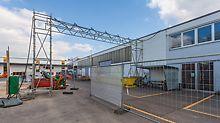 Strom- und Kommunikationskabel sowie Wasser-, Gas- oder Druckluftleitungen können durch Leitungsbrücken zwischen Gebäude oder über Fahrwege gespannt werden, so dass die Versorgung von Gebäuden sichergestellt ist.