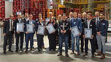 Alle Teilnehmer, Betreuer und PERI Organisatonsteam der 11. Endausscheidung der PERI Baubetriebsübung in der Ausstellungshalle der PERI GmbH in Weißenhorn.