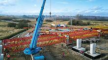 Für die Straßenbrücke M-8 planten PERI Ingenieure eine projektspezifische Traggerüst- und Schalungslösung. Das konstruierte Schwerlastgerüst aus VRB Rüstbindern und VST Schwerlasttürmen leitete die hohen Lasten über große Spannweiten sicher in den Baugrund ab.