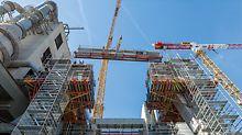 PERI UP Flex in gebruik in industriële omgevingen: het PERI UP steigersysteem is optimaal geschikt om aan de hoge veiligheidseisen van dit segment te voldoen. Bovendien ziet PERI zichzelf als een partner voor deze sector, in het bijzonder om de processen en de productiviteit op de grote bouwplaatsen te vergroten.