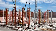The tank slabs are supported by a total of 2,400 concrete columns, 17 m high and 50 cm or 60 cm in diameter. The project-specific reinforced SRS Circular Column Formwork had to be cleaned and oiled while in a vertical position.