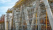 Die V-förmig angeordneten Säulen sind um 60Grad geneigt und an ihrem Kopf über einen Stahlbetonbalken verbunden.