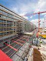 Satellitenterminal Flughafen München, Deutschland - Die PERI UP Gerüstkonstruktion schirmt Baustellen- und Flughafenbetrieb zuverlässig voneinander ab. Gleichzeitig dient sie für die Fassadenbauer als Arbeitsgerüst. Treppenzugänge und weitgespannte Überbrückungen komplettieren die Gerüstlösung der Weißenhorner Experten.
