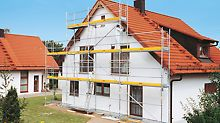 PERI starts its activities in the scaffolding market with the development of the PERI UP Scaffolding System. The PERI UP T 72 facade scaffold with T-frames and guardrail in advance is safe and efficient.  Med utvikling av PERI UP stillassystem begynner PERI sin aktivitet i stillasmarkedet. PERI UP T 72 fasadestillas med T-rammer og rekkverk montert i forkant er sikkert og kostnadseffektivt.