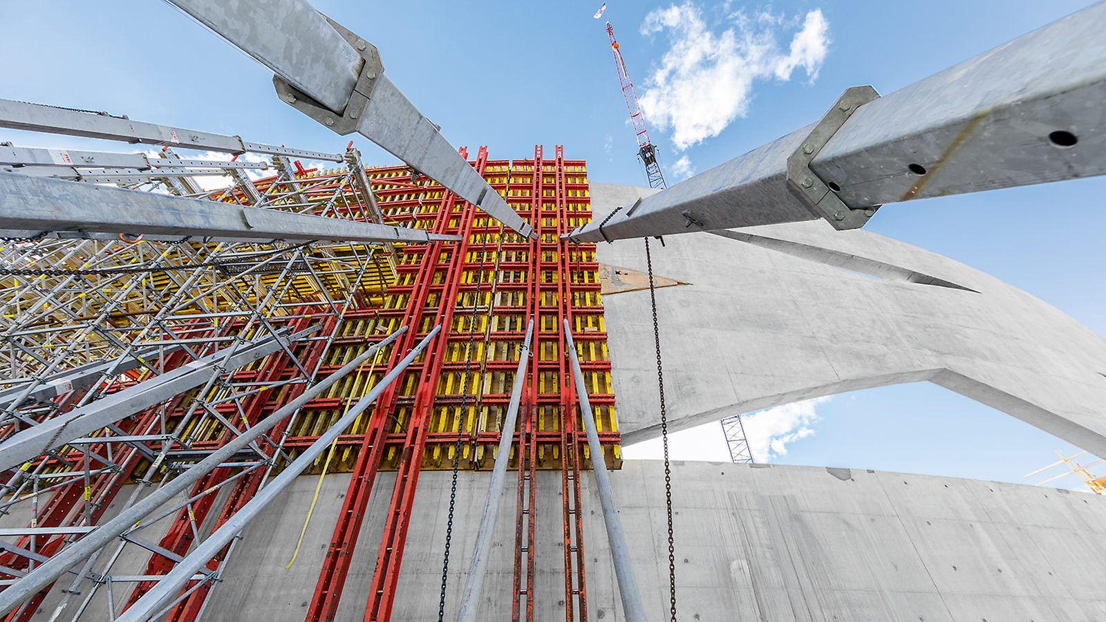 A 36 m hosszú és 12 m magas fal komplex geometriája nagy betonozási ütemeket igényelt.