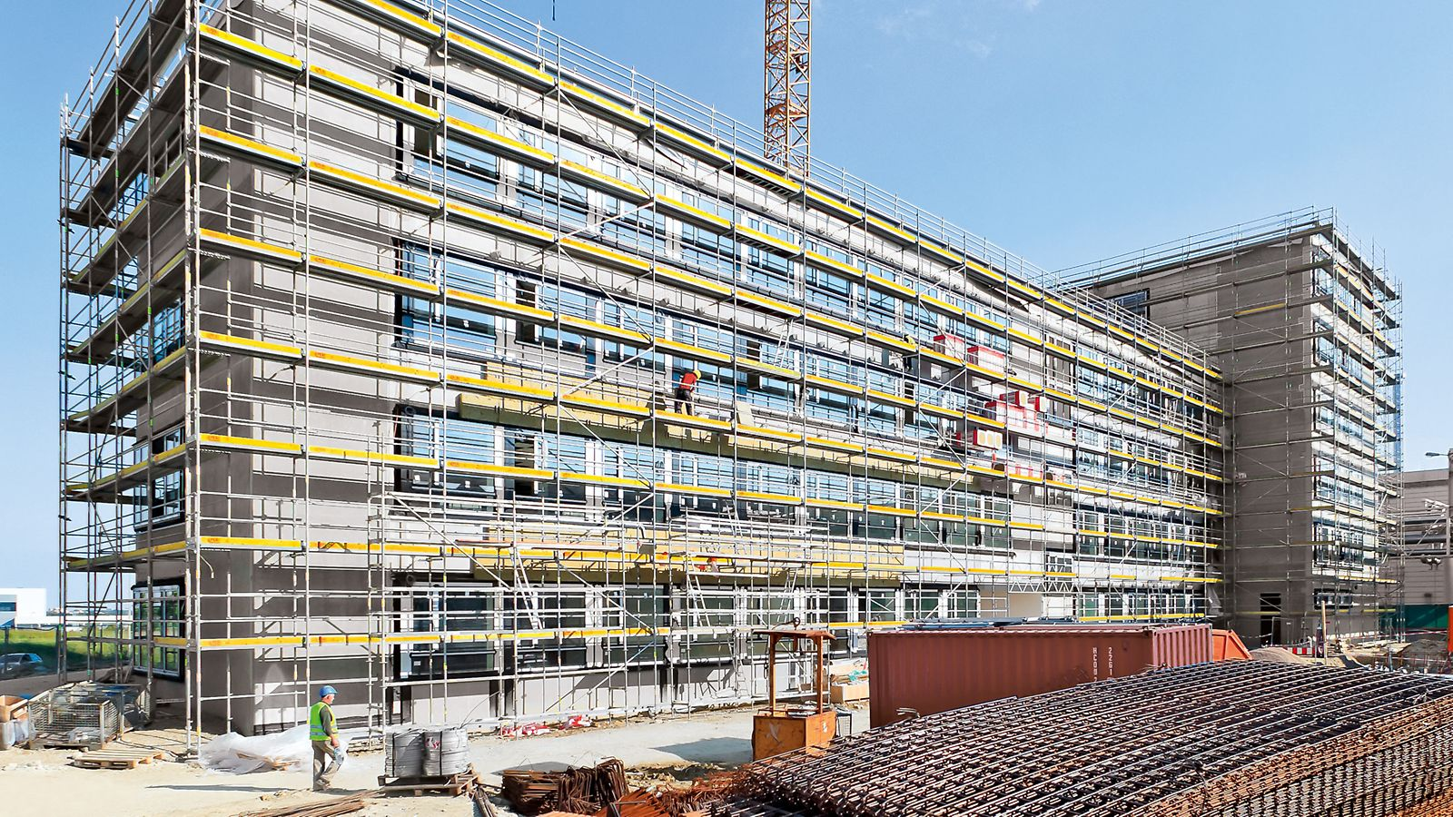 PERI UP frame working scaffold allows fast and safe assembling due to the system-integrated fall protection.