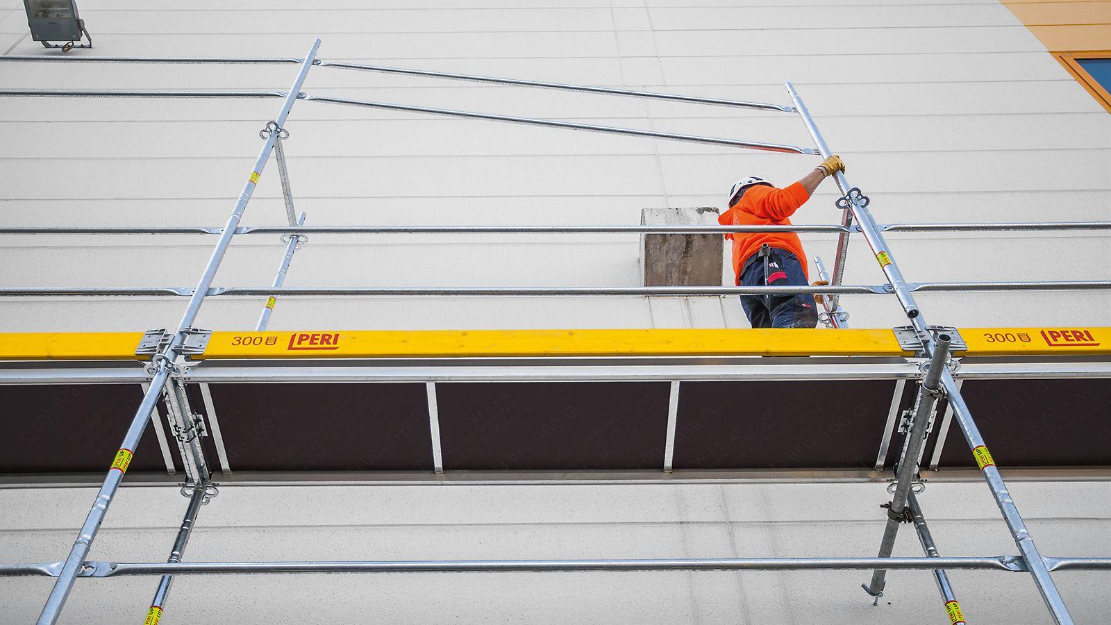 Mehr Sicherheit - Absturzsicherung ohne Zusatzbauteile im Schutz des vorlaufend montierten Geländers.