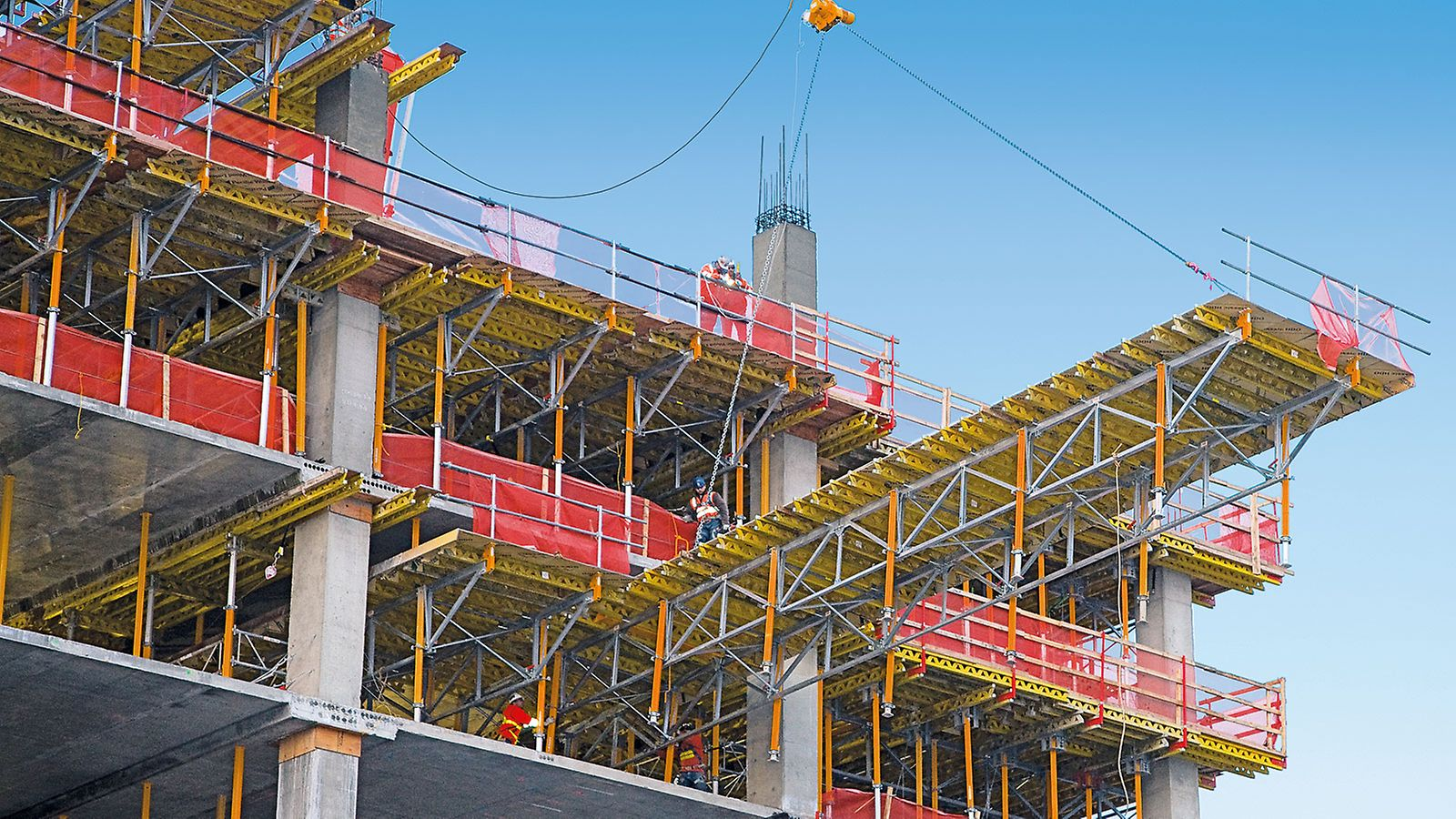 The crane pulls the table horizontally out of the building with the help of the lifting mechanism and the single roller. Workers are not required to stand on the table at any time.