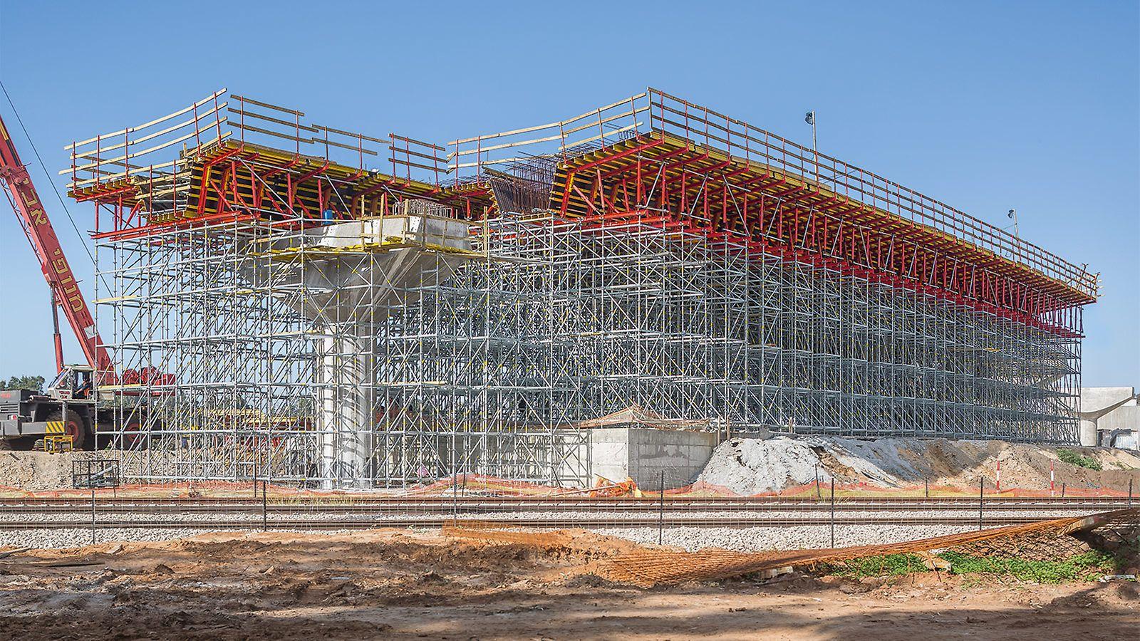 Os engenheiros especializados da PERI Israel combinaram a fôrma da estrutura com o escoramento para fazer o cruzamento de uma rodovia sobre uma linha férrea.