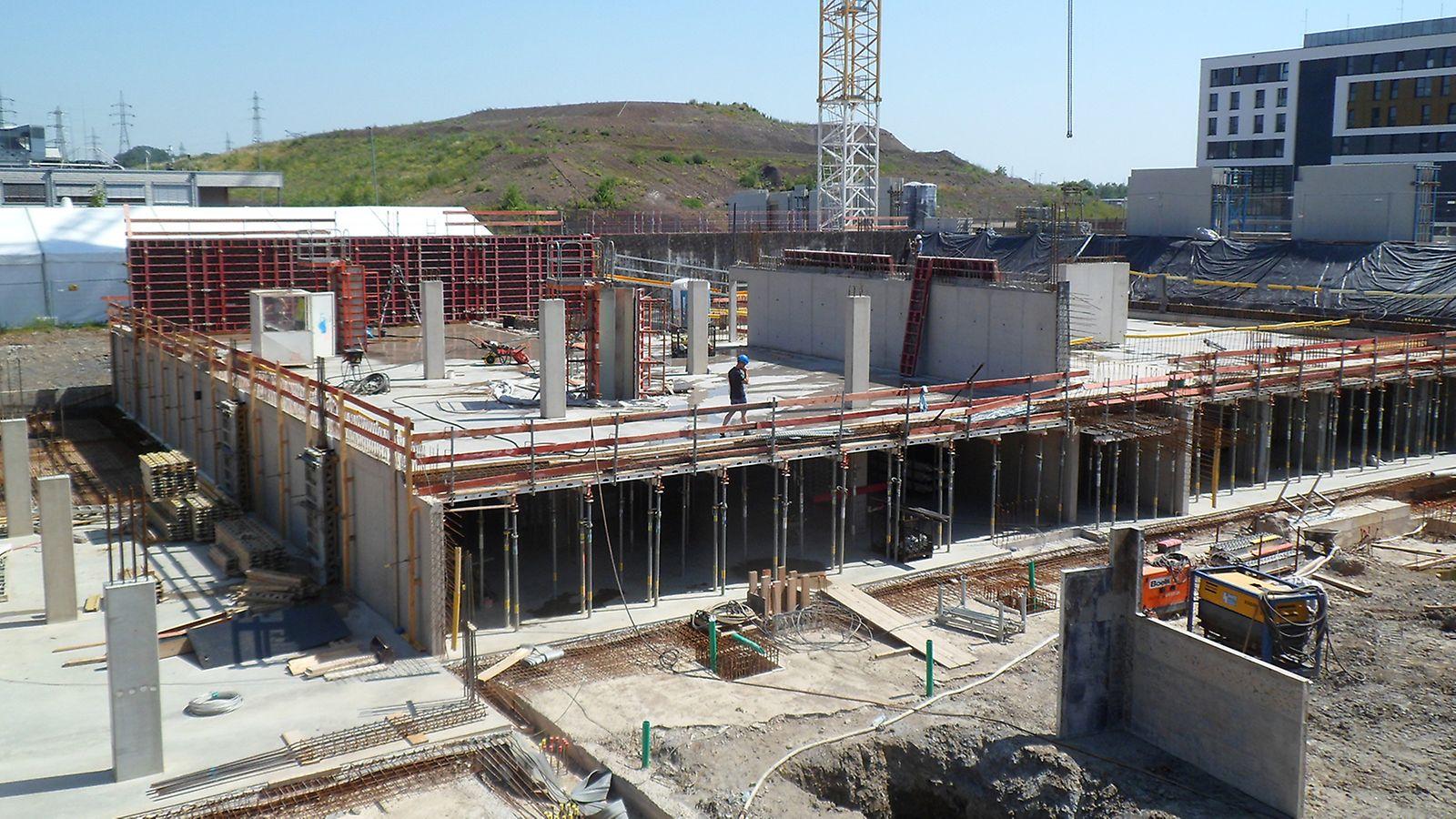 De eerste ondergrondse bouwlaag voor de parking wordt overkapt met SKYDECK vloerbekisting van PERI.