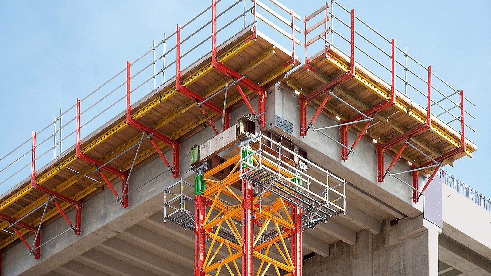 Refuse Derived Heating and Power Station, Spremberg, Germany - The heavy-duty shoring tower and the project-specific bracket solution were based on rentable system components of the VARIOKIT engineering construction kit. The combination with integrable PERI UP working platforms in the head area provided a very high level of safety also at great heights.