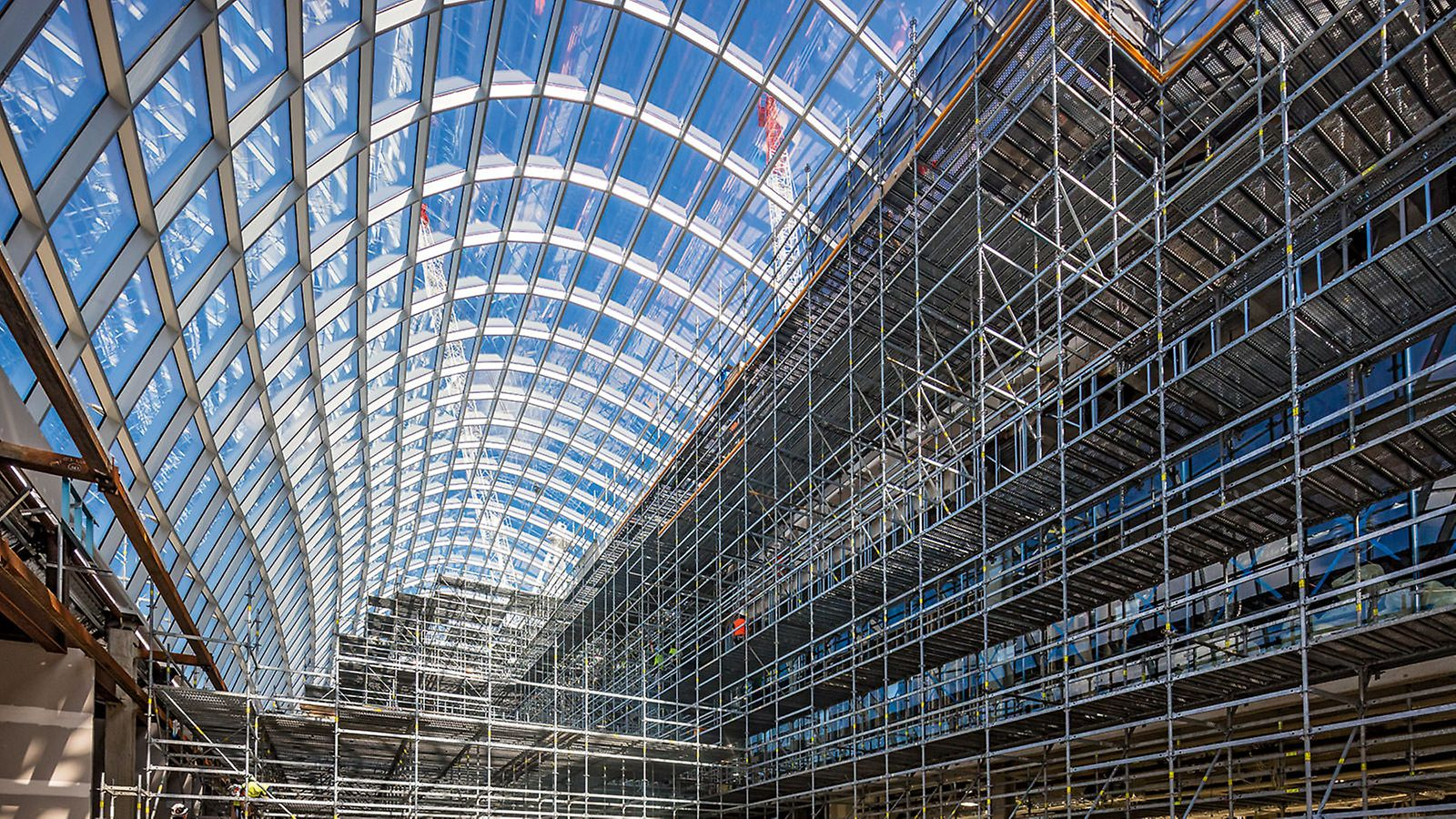 PERI Australia supported the scaffolding contractor with a comprehensive planning solution for the up to 20 m high load-bearing shoring and working scaffold up to 85 m long. Thanks to the lightweight system components, the scaffolding could be erected and dismantled without a crane – so that the restricted crane availability did not jeopardize the scheduled completion date.