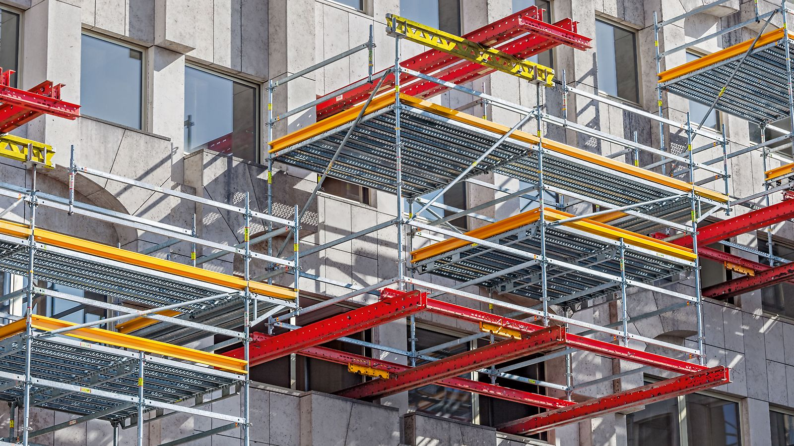 8 working platforms using two PERI modular construction systems: VARIOKIT and PERI UP. In addition, MULTIPROP aluminium slab props reliably supported the RCS climbing rails.