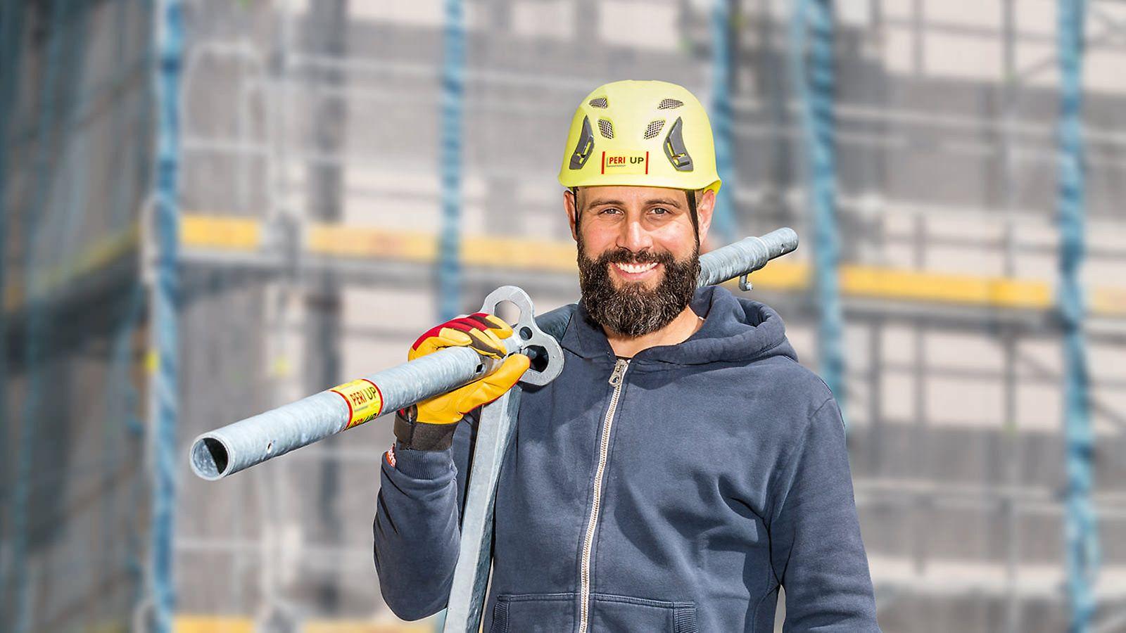 Mann trägt ein PERI UP Easy Systembauteil: schnelles Arbeiten durch geringes Gewicht