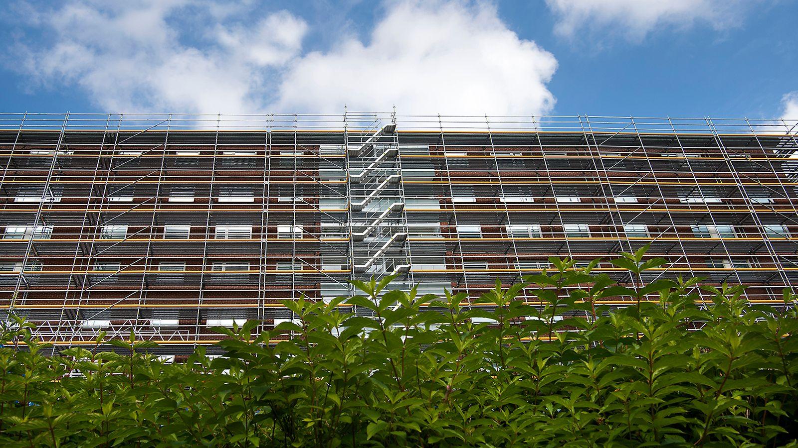 PERI UP Flex fasadställning används för underhållsarbete av tak och fasad.