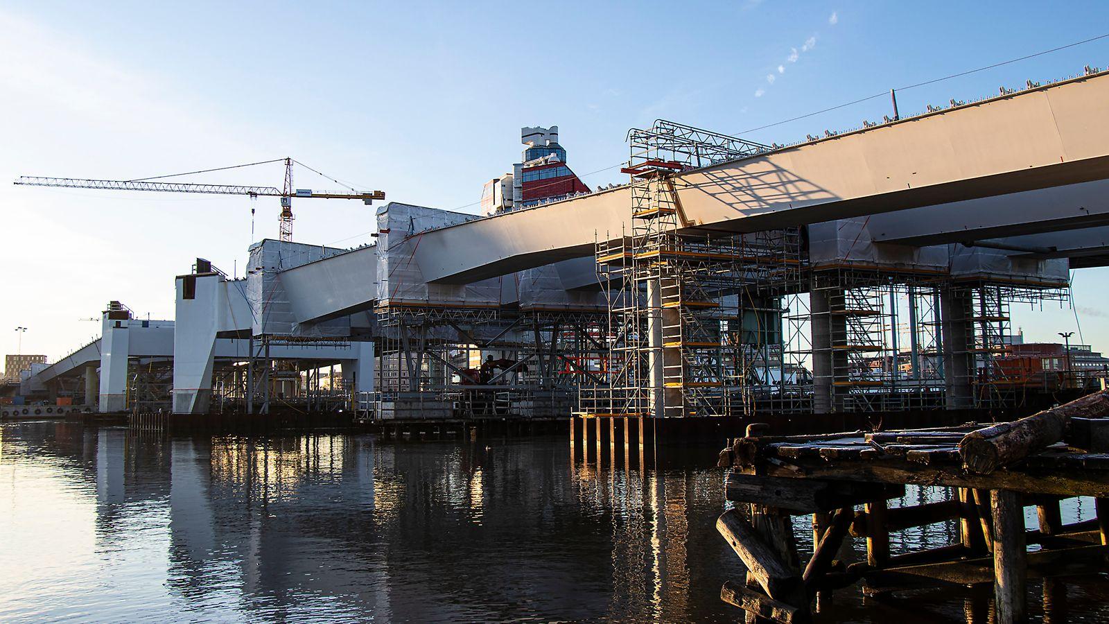 Hisingsbron är en lyftbro och kommer att ersätta den nuvarande Göta älv-bron