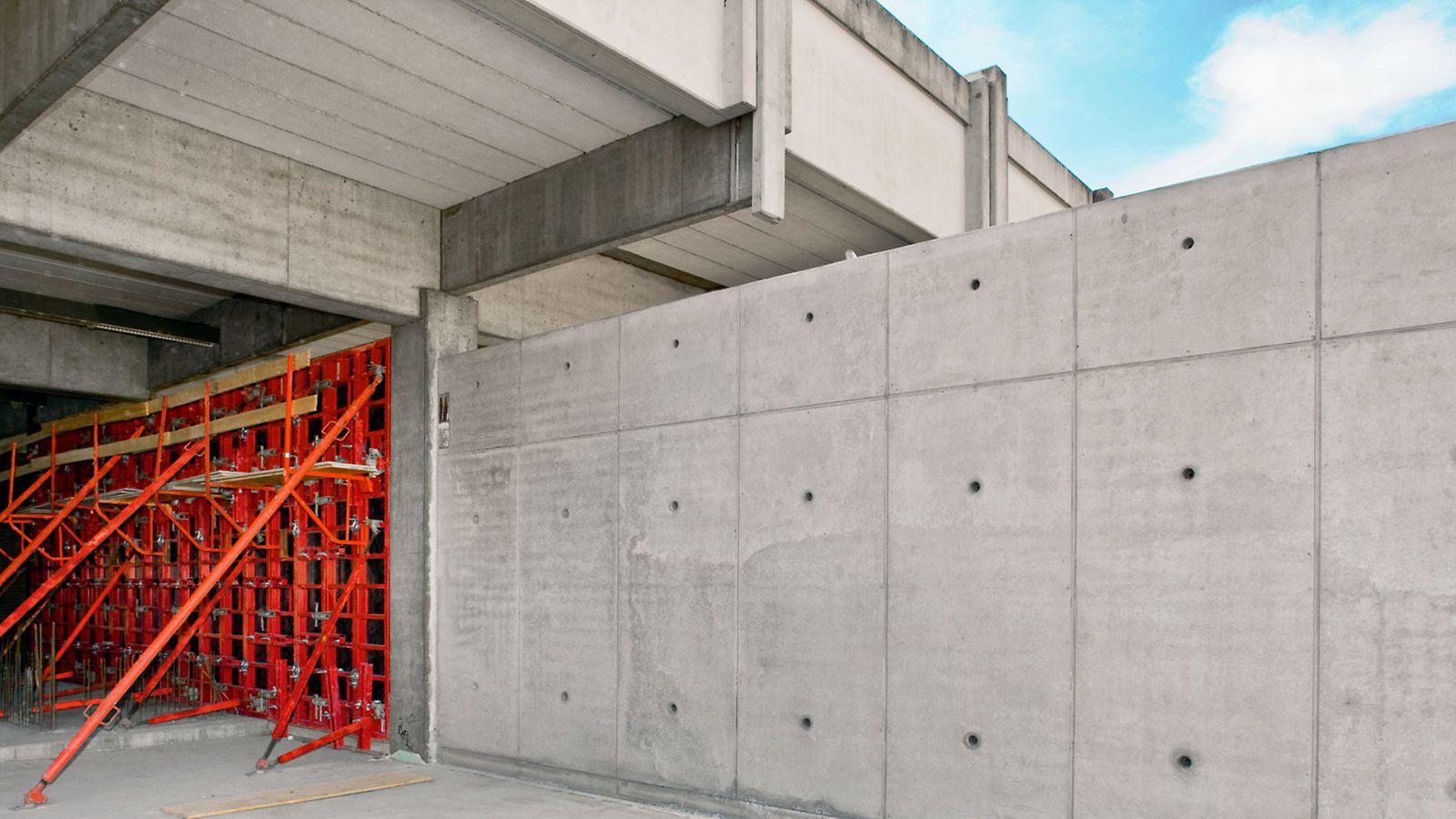 Platsgjuten betongvägg med perfekt betongyta och strukturerad skarv- och staghålsplacering. Möjligheten att kombinera formelementen på olika sätt, öppnar fritt spelrum för flexibel design, vilket samtidigt skapar kostnadseffektiva alternativ