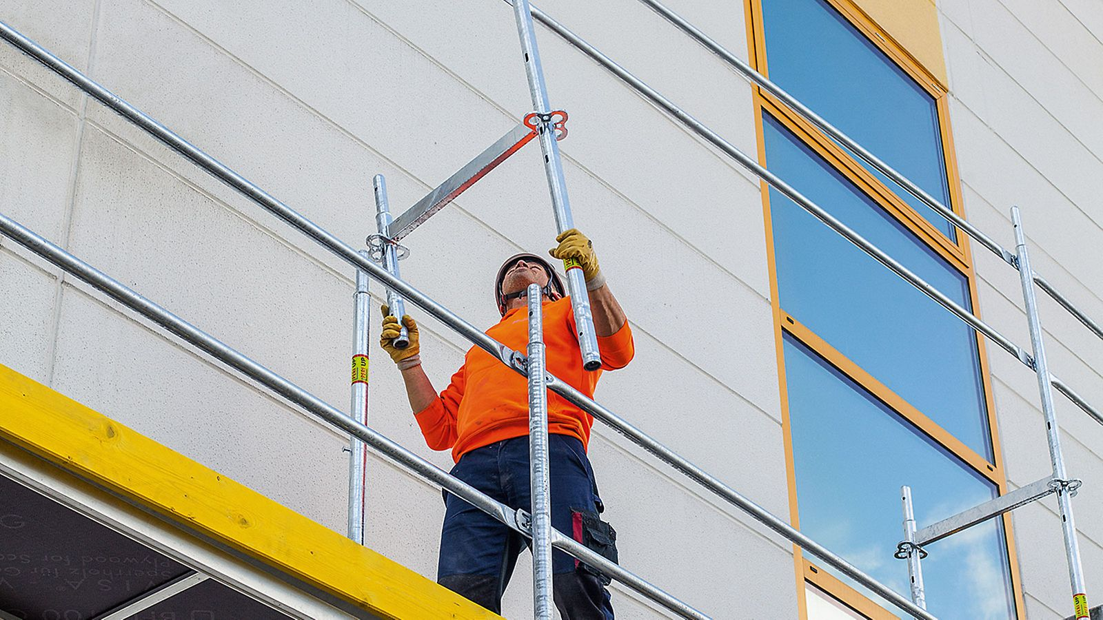 With PERI UP Easy, the focus is on safe assembly operations: in addition, it offers safety in the system itself because the guardrail for the next level is mounted from the scaffolding level below with the Easy Frame and without requiring any additional components.